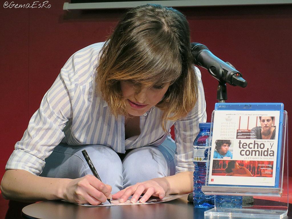 Natalia de Molina firmó el DVD y Bluray de Techo y comida